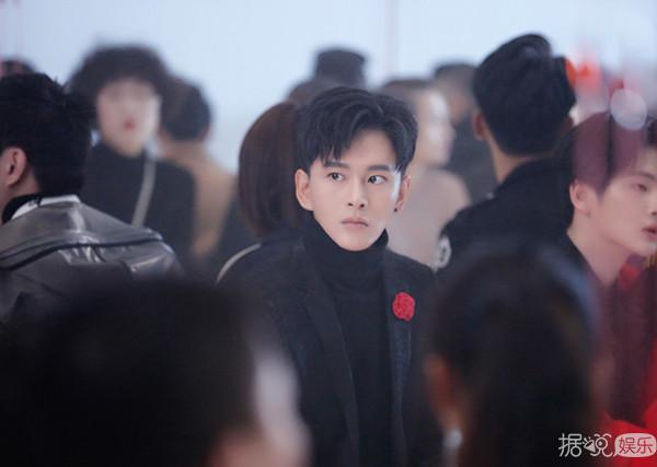 黄宥明出席派对 风格复古演绎暗黑系男友